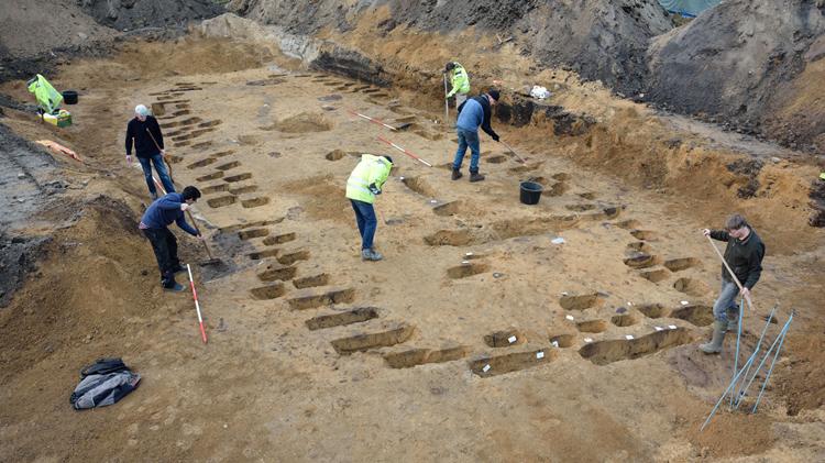 Opgraving van een monumentaal graf uit de bronstijd bij Dwingeloo, Nederland Foto J.R. Beuker