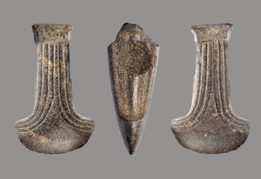 Deel van een versierde stenen hamer, gevonden in Drenthe, Nederland Datering: trechterbekercultuur (ca 5000 jaar oud) Collectie Drents Museum, Assen. Foto J.R. Beuker